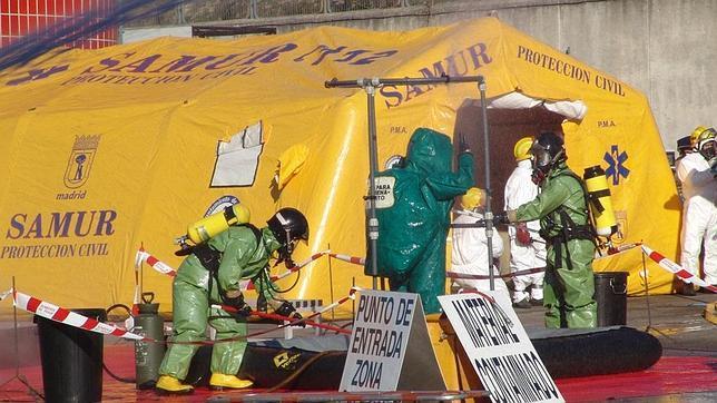 ¿Se debe transportar así a un infectado con ébola?