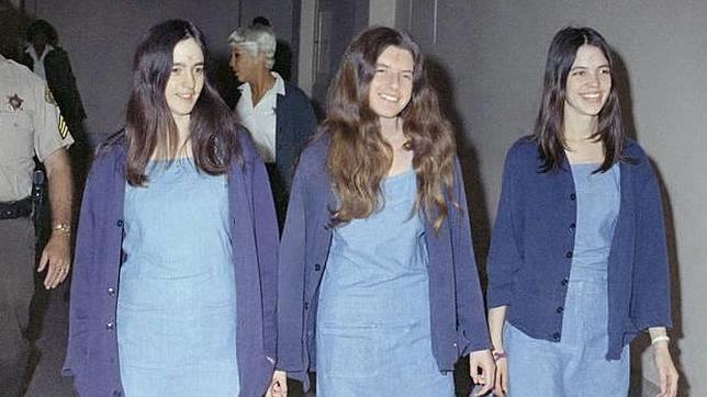 Patricia Krenwinkel, en el centro, rodeada de otras dos secuases