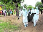 Enfermeras cargan el cuerpo de una víctima del ébola en la comunidad de Banjor, a las afueras de Monrovia (Liberia)
