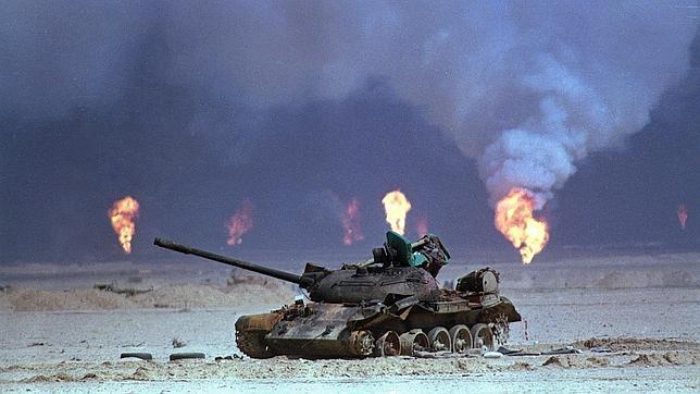 Un tanque iraquí destruido junto a una refinería, en una imagen de la guerra de 1991