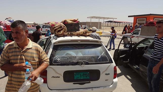Desplazados chabaquíes escoltados por fuerzas del ejército kurdo