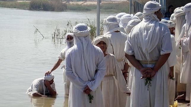 Ceremonia celebrada por fieles mandeos a orillas del Tigris
