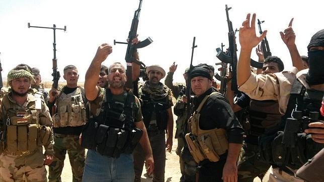 Soldados de las fuerdas kurdas de Peshmerga y voluntarios chiítas toman posiciones en la ciudad de Amerly, al noreste de Bagdad