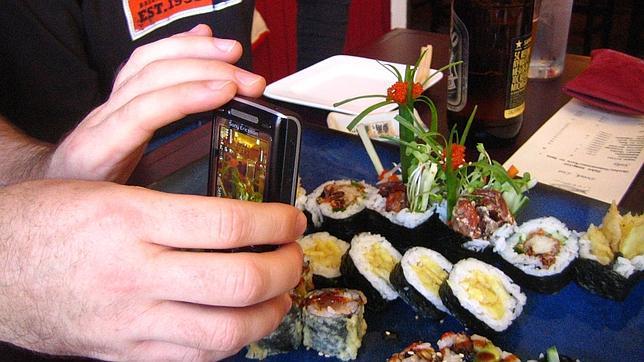 «Smartphones», los nuevos enemigos de los camareros