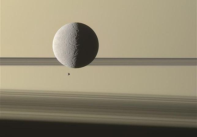 Un enorme satélite de Saturno «se acerca» a su hermano pequeño