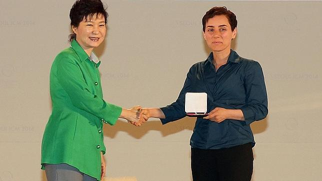 La presidenta de Corea del Sur, Park Geun-Hye, entrega la medalla Fields a la iraní Maryam Mirzakhani