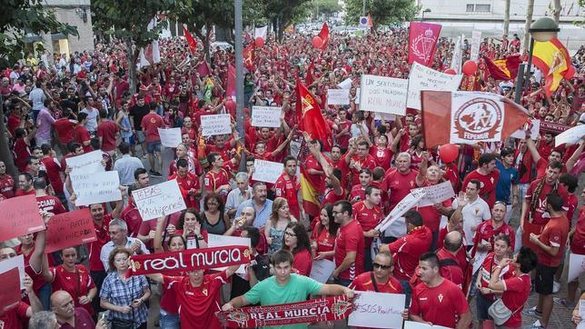 Manifestación en las calles de Murcia contra el descenso