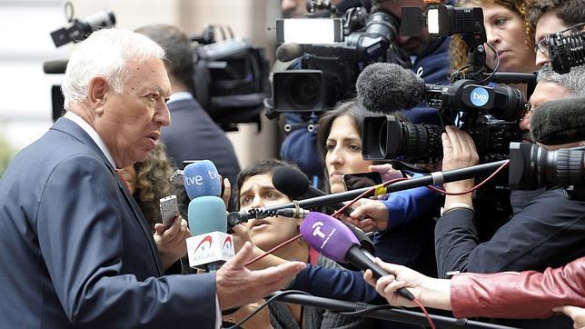 Jose Manuel García-Margallo se dirige a la prensa a su llegada a la reunión de ministros de Exteriores europeos