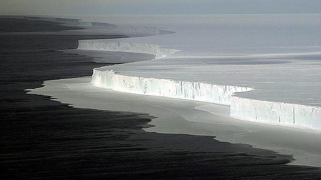 Un inmenso iceberg, desprendido de la Antártida