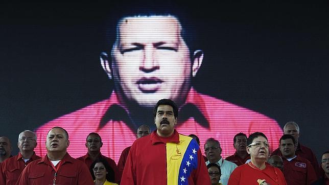 Nicolás Maduro, en el último Congreso del Partido Socialista Unido con la imagen de Hugo Chávez al fondo
