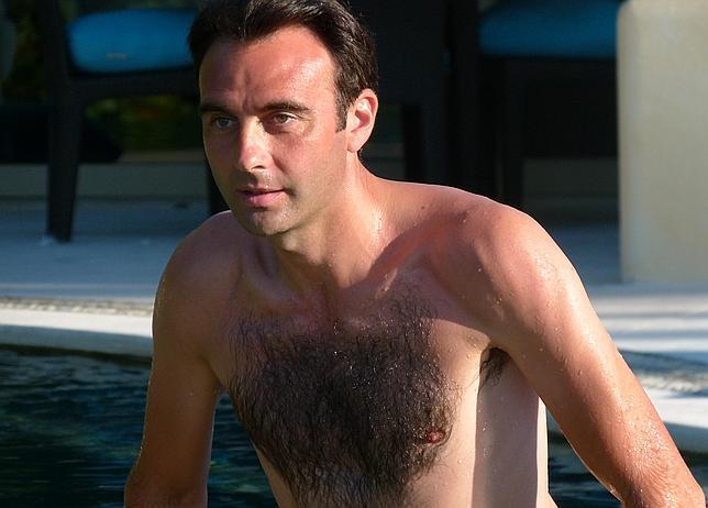 Enrique Ponce sale de la piscina en su finca de Cetrina