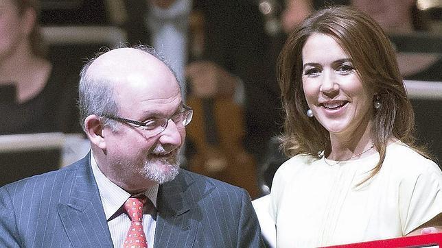 El Nobel con la Princesa Mary durante la entrega del galardón