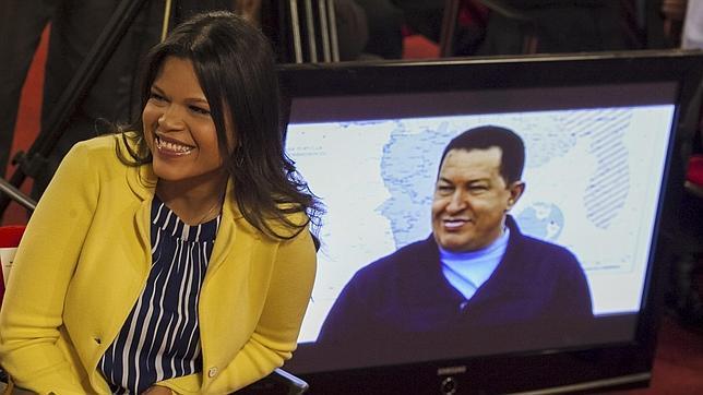 Mará Gabriela Chávez, junto a una pantalla de televisión en la que se ve a su padre, el fallecido expresidente Hugo Chávez, en 2013