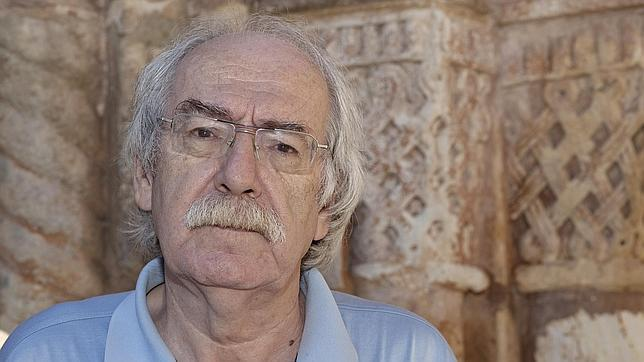 Aurelio Arteta, ante los capiteles de San Juan de Duero, en Soria