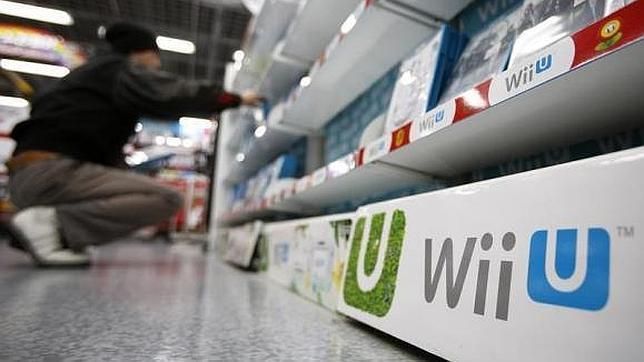 Un usuario revisa en una tienda juegos para Wii U