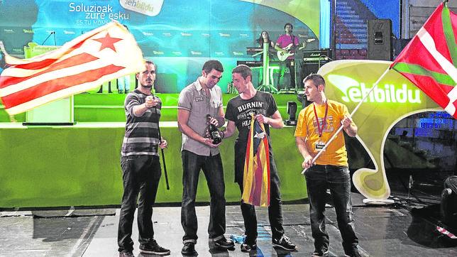 Acto de Bildu junto a independentistas catalanes en la noche electoral de 2012