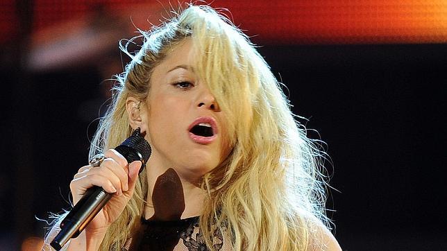 Shakira, interpretando «Loca»