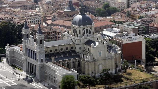 Una vista aérea de la catedral de la Almudena y su cúpula, orientada hacia el Palacio Real