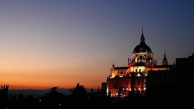 La catedral de la Almudena de Madrid vista desde la colina de Las Vistillas