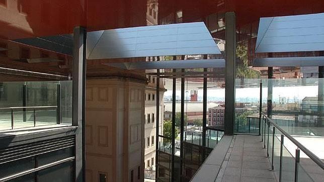 El reloj de la estación de Atocha se puede contemplar desde la terraza del edificio nuevo del Museo Reina Sofía