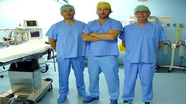 El equipo quirúrgico que ha participado en la intervención del Hospital de la Ribera de Valencia