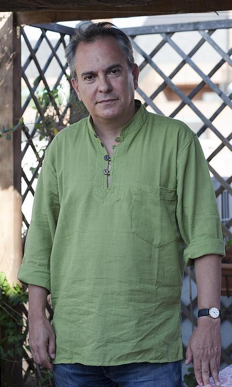 El escritor y sacerdote Pablo d'Ors, en la terraza de su casa de Madrid