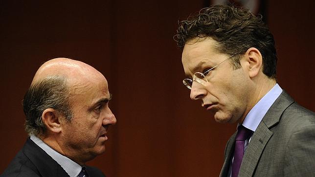 El ministro de Economía español, Luis de Guindos, junto al actual presidente del Eurogrupo, Jeroen Dijsselbloem