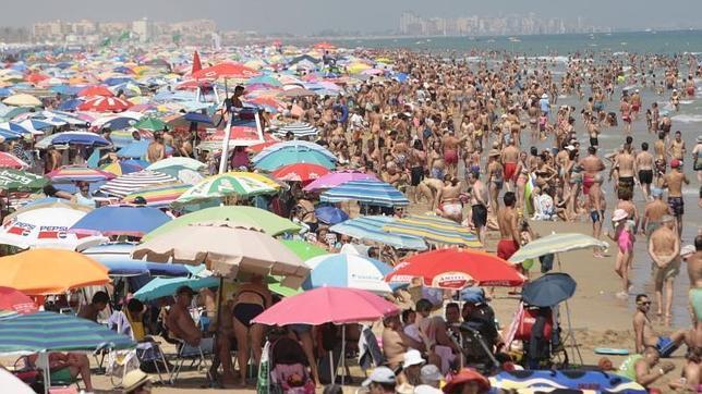 Una decena de provincias estarán este martes en riesgo por calor u oleaje