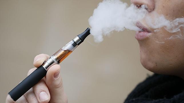 Una joven fuma un modelo de cigarrilo electrónico