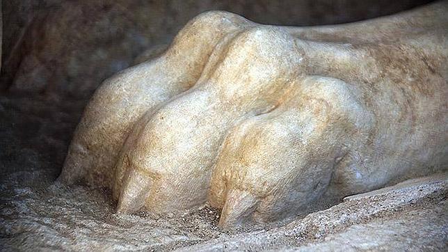 La garra de una de las esfinges de dos toneladas que guardan la entrada al sepulcro