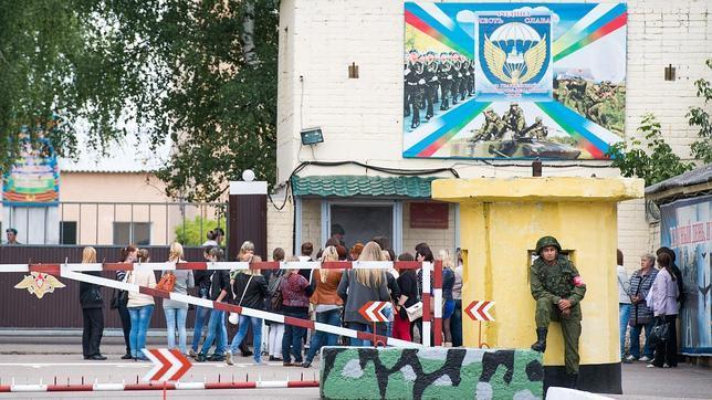 Esposas y madres de militares rusos exigen explicaciones a Putin por la muerte de sus allegados