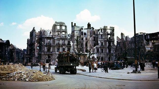 La que iba a ser capital del 'Reich de los Mil Años', Berlín, totalmente destruida, es el mejor símbolo de la catástrofe que se cirnió sobre Europa con la guerra