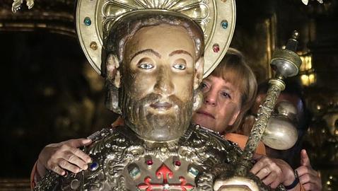 Merkel abraza la imagen del Apóstol Santiago