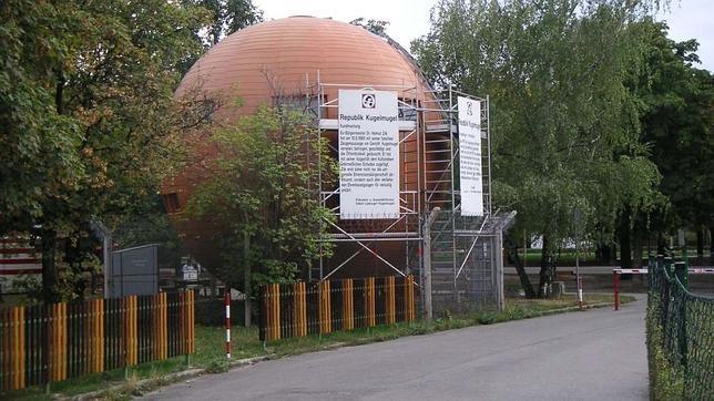 La popular casa-esfera cuenta con un cartel que describe «la lucha contra el sistema» de Lipburger