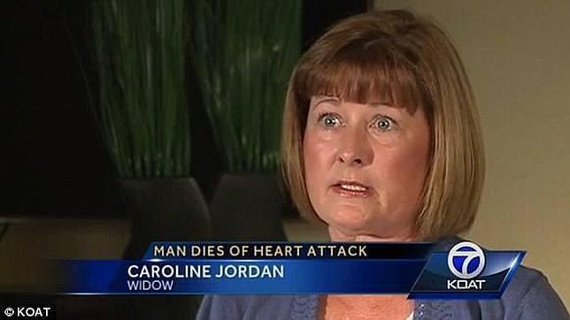 Denuncia que no emplearon un desfibrilador con su marido por tener pelo en el pecho