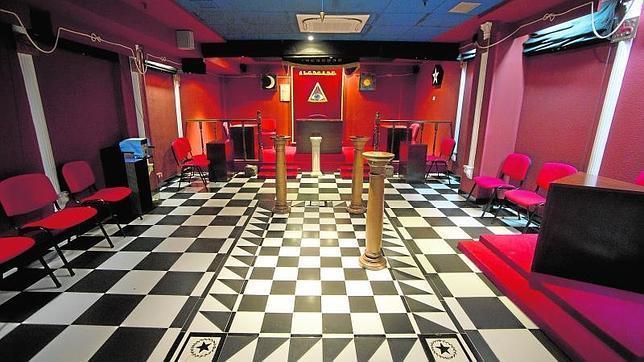 Una de las salas donde se celebran las reuniones (tenidas) de los masones