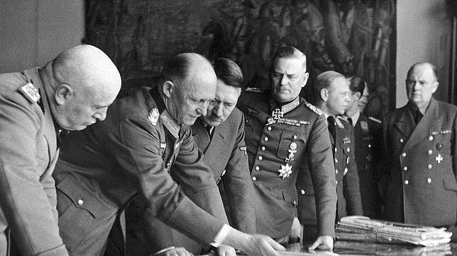 Hitler, junto a Mussolini, el General Todl y el Mariscal Keitel