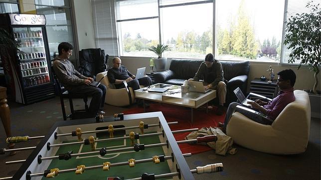 Técnicos de Google trabajan en la sala de juegos de la empresa