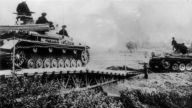 Varios Panzer avanzan sobre territorio enemigo en plena «Guerra relámpago»