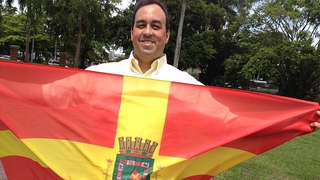 José Nieves, con la antigua bandera de Puerto Rico cuando era provincia española