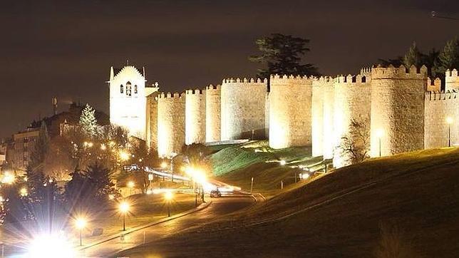 Vista nocturna de las murallas de Ávila