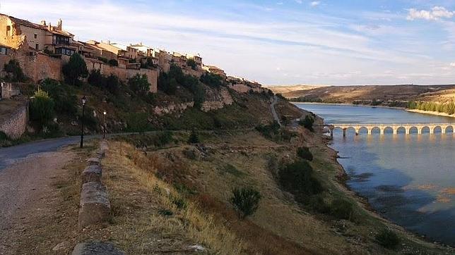 El Embalse de Linares, en agosto, al pie de Maderuelo (Segovia)