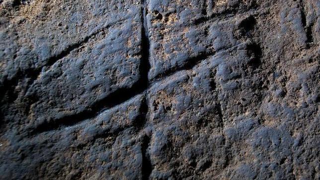 El grabado abstracto atribuido a manos neandertales