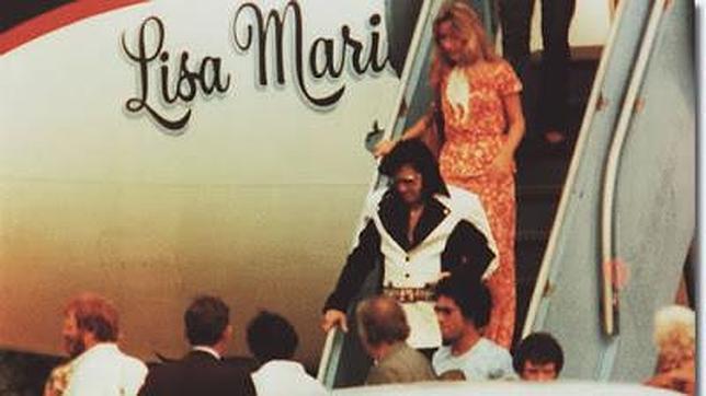 Elvis baja del avión«Lisa Marie», acompañado por la actriz Linda Thomson, en 1976