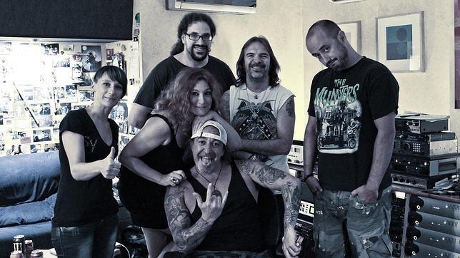 En el centro Pilar Jurado, rodeado por los miembros de Mägo de Oz, durante la sesión de grabación del disco