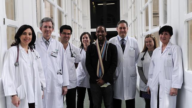 En el centro, Iván Anglada, rodeado del equipo médico del Clínic de Barcelona que le trasplantó su nuevo corazón