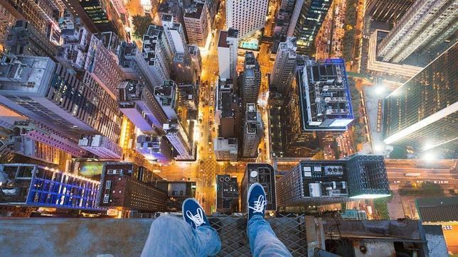 La imagen más común de los «skywalkers» es la de sus pies asomando al vacío, como en esta tomada en Hong Kong