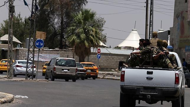 Fuerzas kurdas patrullan una calle en Kirkuk