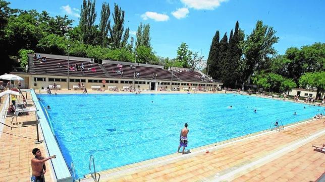 Ltimo fin de semana para tomar el sol en las piscinas for Piscina complutense madrid