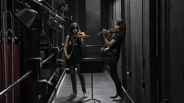 Un dúo de violinistas ensayan entre bastidores en los Teatros del Canal, uno de los espacios del festival